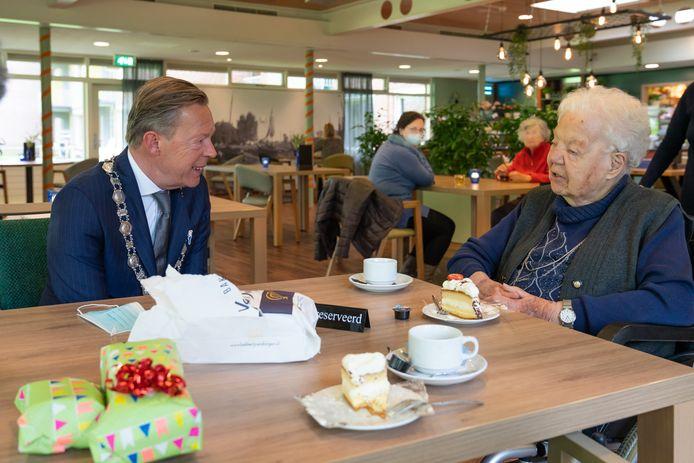 Jo Smits-Hazebroek is op dit moment de oudste inwoner van Harderwijk. Op haar 104de verjaardag krijgt ze bezoek van loco-burgemeester Gert Jan van Noort.