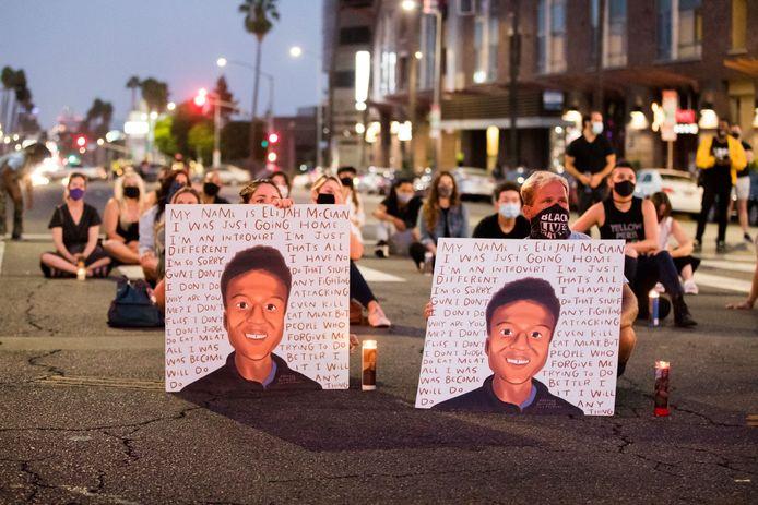 Demonstranten herdenken in augustus 2020 Elijah McClain.