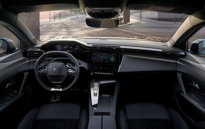 De i-cockpit van de 308 SW is minder minimalistisch geworden en daardoor veel prettiger dan die in het vorige model. Let op de zes 'sneltoetsen' onder het grote scherm.
