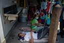 Een patiënt krijgt op straat zuurstof.