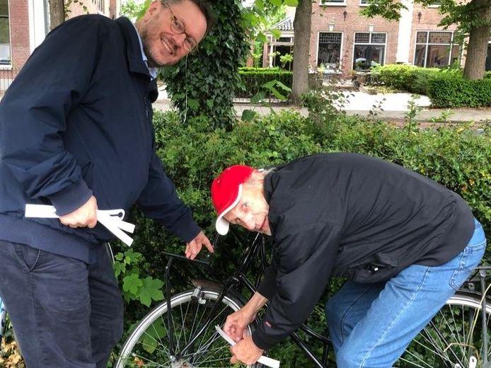 De PvdA labelt weesfietsen in Stichtse Vecht, rechts fractievoorzitter Josph Toonen.