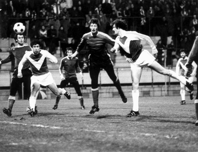 KNVB-Beker seizoen 1977/1978 , PSV-Wageningen (uitslag 1-6).Jan Menting kopt de 0-3 binnen. Vlnr Huub Stevens (PSV), Stanley Bish (Wageningen), Jan Poortvliet en Ernie Brandts (PSV) en Jan Menting (Wageningen). Eindhoven 21 december 1977.
