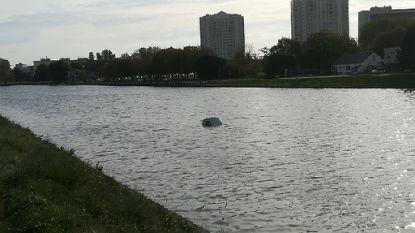 Auto rijdt in Watersportbaan, getuigen trotseren ijskoude water op zoek naar mogelijke inzittende(n)