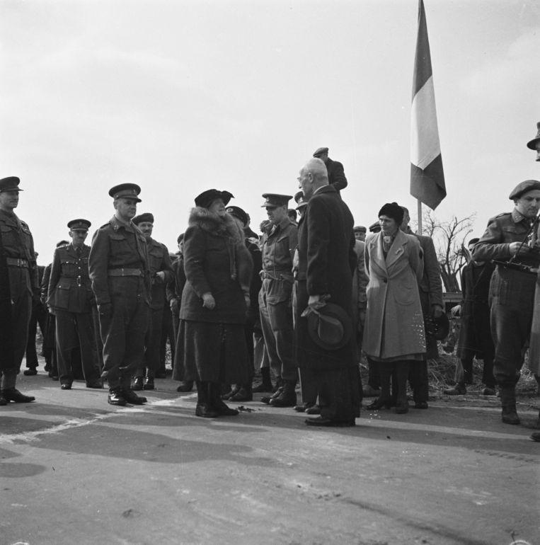 Koningin Wilhelmina passeert de meelstreep in Eede (Zeeuws-Vlaanderen) en wordt ontvangen door de Commissaris der Koningin in Zeeland, J.W. Quarles van Ufford.  Beeld Nationaal Archief