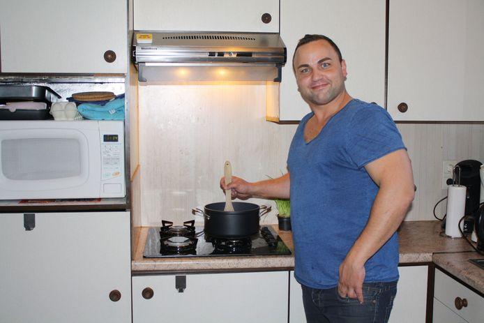 Peter Derks aan het werk in de keuken.
