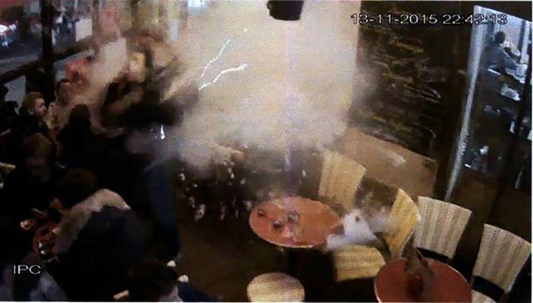 Brahim Abdeslam blaast zich op in de Parijse bar Comptoir Voltaire, en doodt alleen zichzelf. Beeld RV