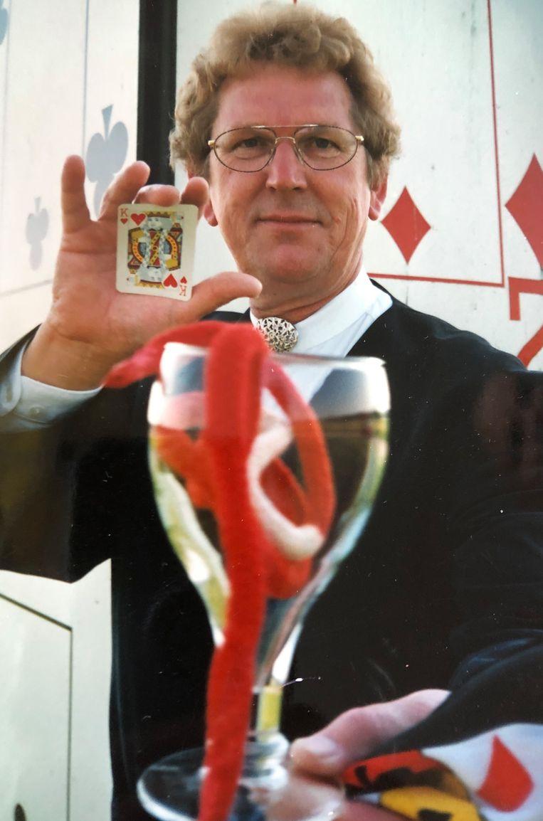 Elzo met een kaarttruc, in 1980. Beeld