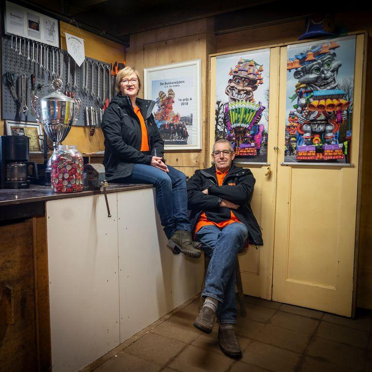 Henk en Ria Timmers: de 'bouwouders' van CV de Zimkus in de 'kantine'. Beeld Roos Pierson