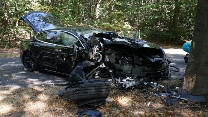 De Tesla liep veel schade op.