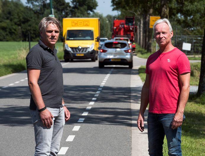 Aanwonenden John Nell (links) en Bob Vas vrezen voor toename van sluipverkeer op de smalle Dorpeldijk als de nieuw te bouwen brug over de Leidsche Rijn klaar is.