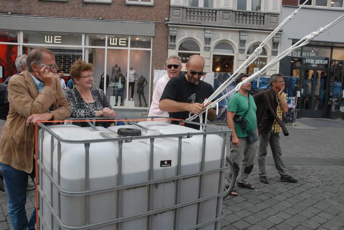 De toren wordt op z'n plaats gehouden door 4 met touw vastgemaakte eenheden, die ongeveer 900 liter water bevatten.