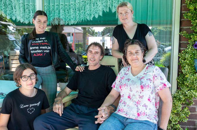 Dirk van Willigen heeft ALS. Maria Evers (rechts achter) heeft via een crowdfundactie ervoor gezorgd dat hij een scootmobiel heeft gekregen, naast Dirk zijn vrouw Bettina, links voor zijn dochter Alica, daar achter zijn dochter Shirley.