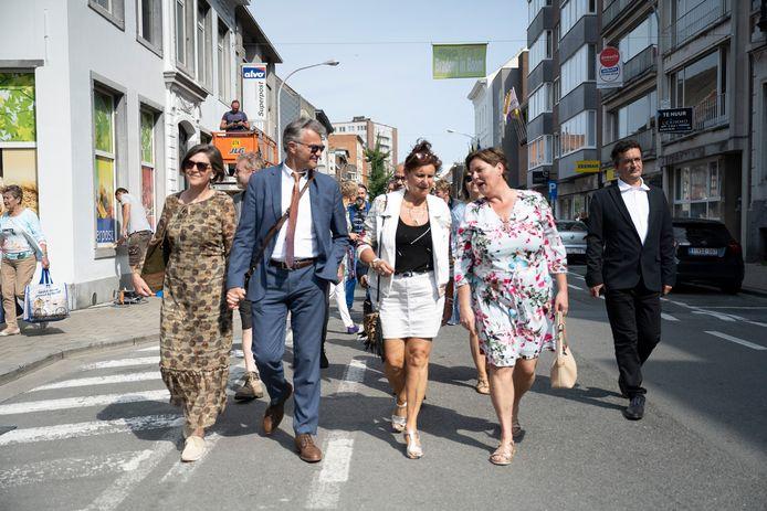 Schepen Inge De Ridder in gesprek met Loes Van den Heuvel, die naast Bobbejaans zoon Bob wandelt