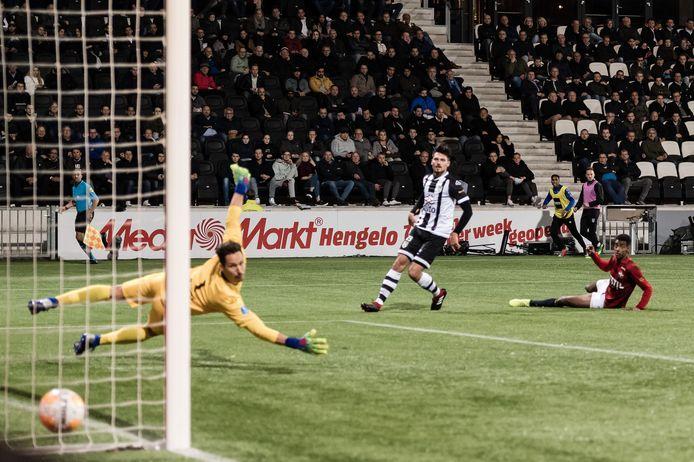 Alexander Isak scoort op 2 april 2019 namens Willem II tegen Heracles.