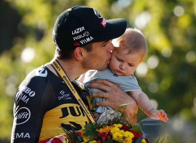 'Mij ga je nooit horen zeggen dat ik de Tour ga winnen, want dan is het hek van de dam.' (Foto: met zoontje Georges na de derde ritzege in de Ronde van Frankrijk.) Beeld REUTERS