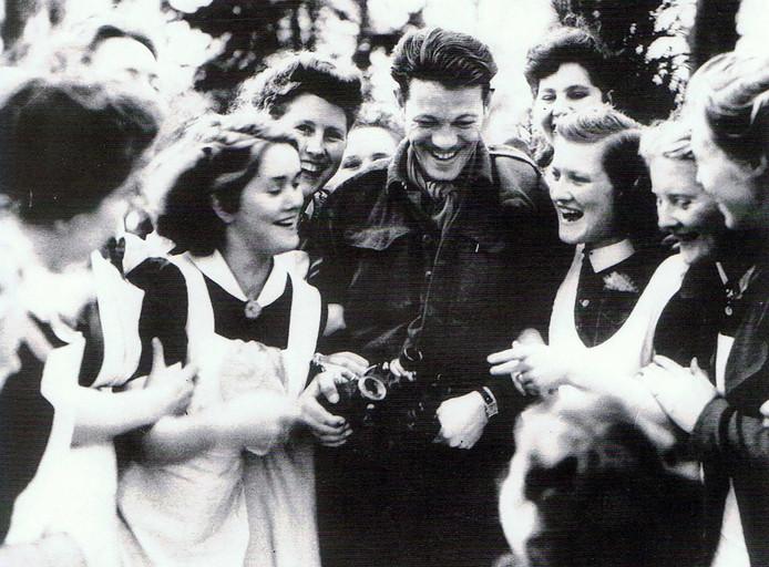 De vreugde is groot als de Canadese bevrijders in april 1945 de psychiatrische kliniek Grinkgreven aan de rand van Deventer bereiken.