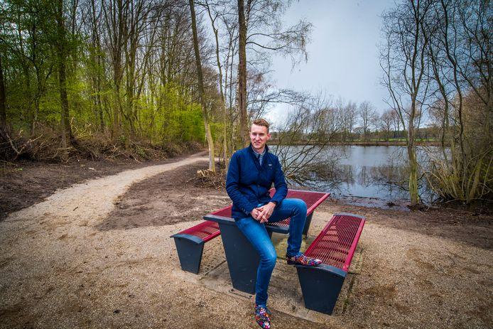De schoenen van Leon Oude Essink Nijhuis kleuren mooi bij het nieuwe picknickbankje dat bij Ommetje Tiekenveen staat.