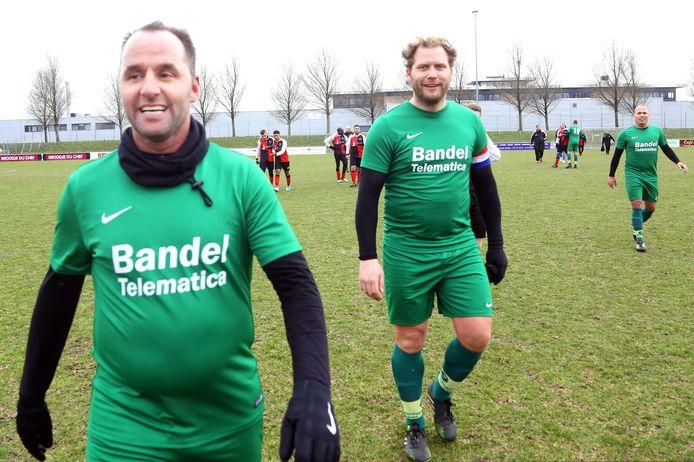 Oud-profs Ricky van den Bergh (l) en Dennis Jos speelden voor FC Kranenburg in het verleden.