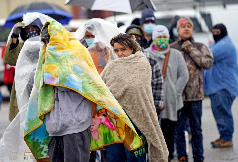 Mensen in de rij om hun gastanks bij te vullen in Houston  Beeld AP