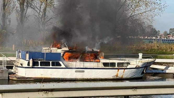Plezierboot brandt volledig uit in Nieuwpoort