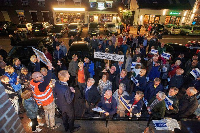 Tegenstanders van de fusie met Uden protesteren bij het gemeentehuis. Een deel van Schaijk wil liever bij Oss. En die gemeente wil Schaijk graag erbij hebben.