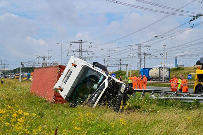 De vrachtwagen kwam uiteindelijk op zijn kant in de greppel terecht.
