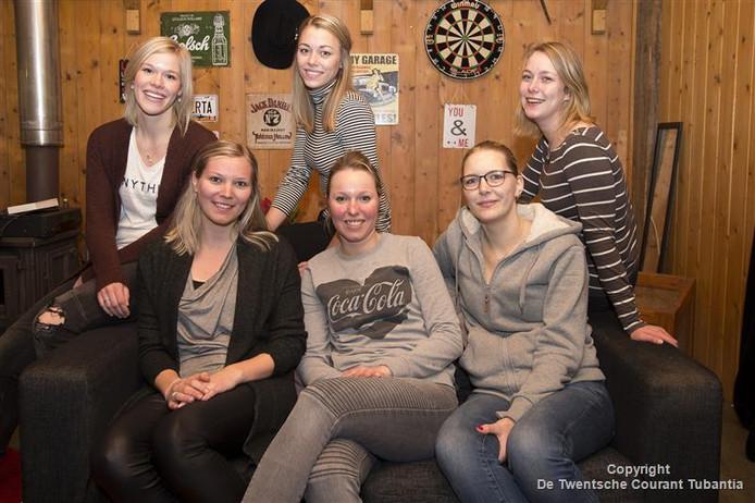 Sandra Megelink, Ine Steegink, Nicol Paalman (voor) en Marjon Lubbersen, Jody Stevens, Roelie Marsman.<br />De dames van de feestcommissie