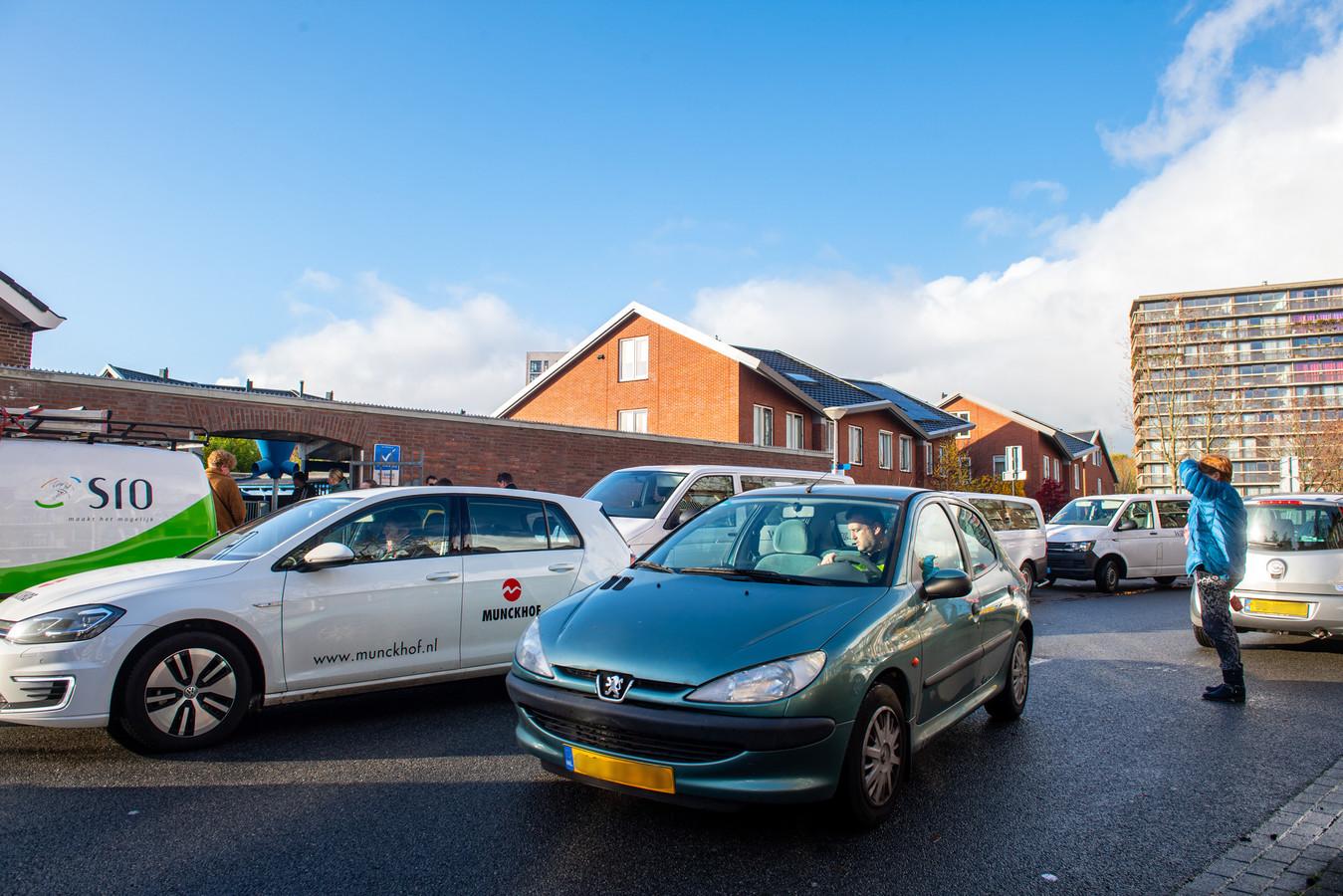Chaotische verkeerssituatie bij de Michaëlschool in de Amersfoortse wijk Kruiskamp.
