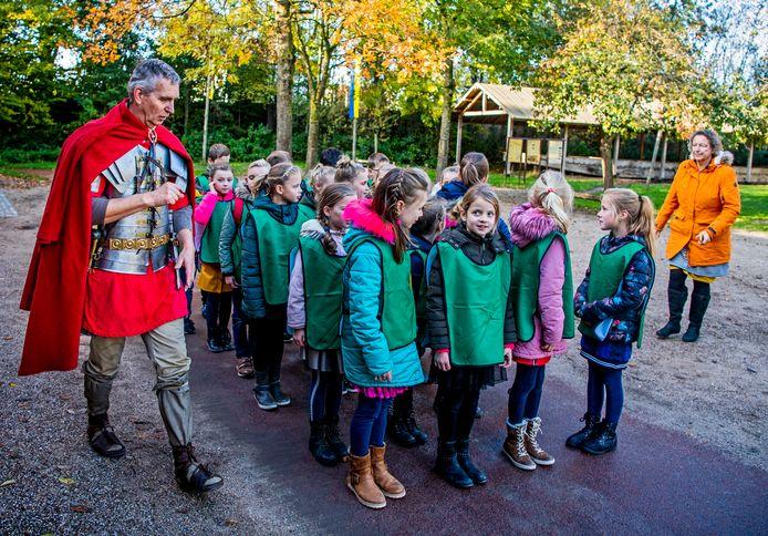 Een groep kinderen bezoekt Archeon. Het park hoopt op extra geld voor dit soort educatieve projecten.