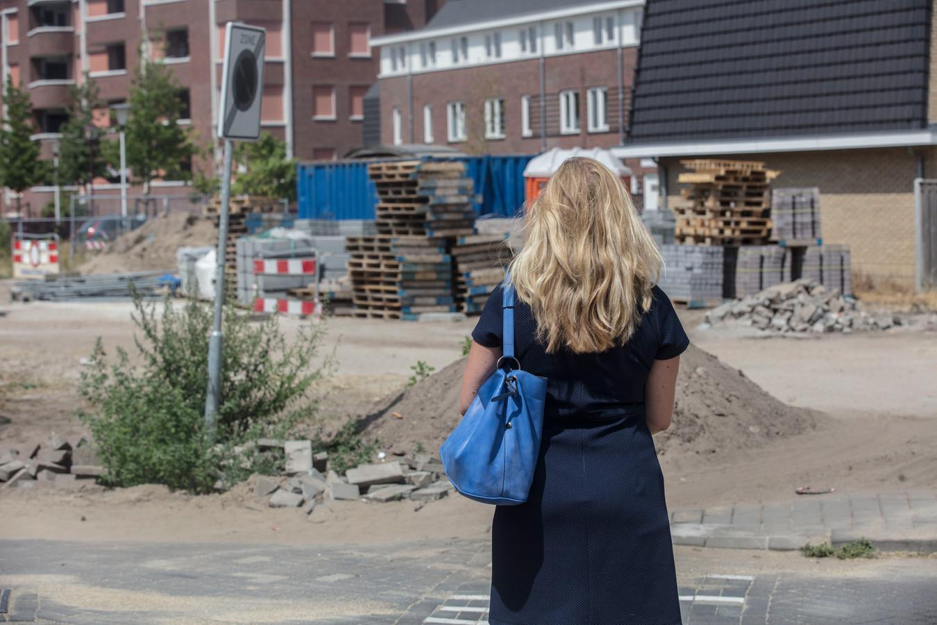 De vrouw op de plek in de Helmondse binnenstad waar ze door een jongeman in haar kruis werd gegrepen.