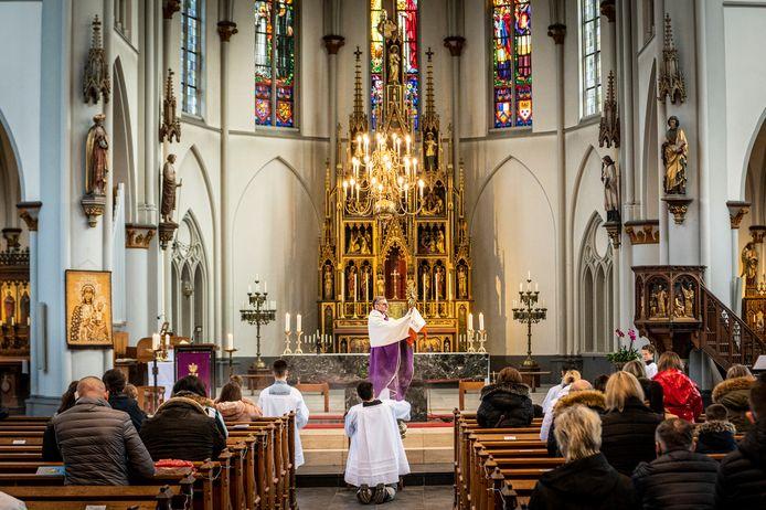 Zondag was de eerste Poolse kerkdienst in de Osse Heilig Hartkerk aan de Kromstraat