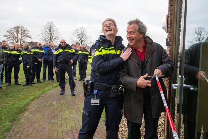 Politiechef Isabelle Mensink (basisteam Vechtdal) en burgemeester Han Noten hebben de grootste lol bij de opening van het steunpunt voor de politie in het gemeentehuis.