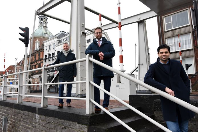 Ivan Grozdanov (rechts) met wethouder Maarten Burggraaf (midden) en Engie-directeur Peter Schillemans op de Boombrug in het centrum van Dordrecht.
