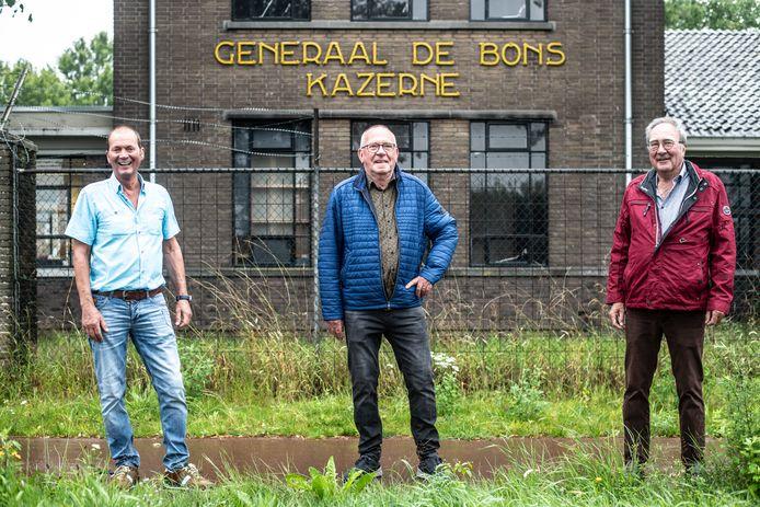 Ger Janssen, Willem Maas en Paul Dijkman (vlnr) voor de Generaal De Bonskazerne in Velp (Grave).