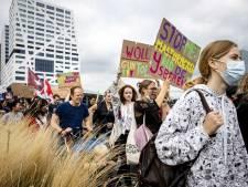 Honderden jongeren in Utrecht voor klimaatprotest: 'Wees geen oen, denk groen'
