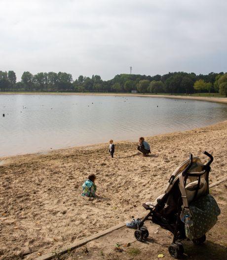 Seizoen van strand- en buitenbaden valt in het water, zelden was het zo rustig