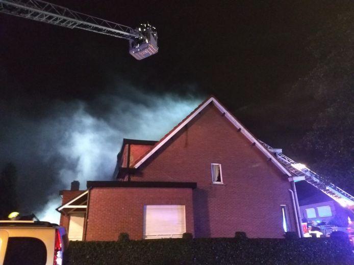 Brandweer blust het vuur in een woning aan de Oude Baan in Waarloos.