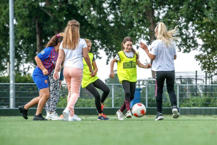Bijna 350 leerlingen van basis school De Arenberg genoten van een voetbalclinic bij Voetbalvereniging Virtus in Zevenbergen.