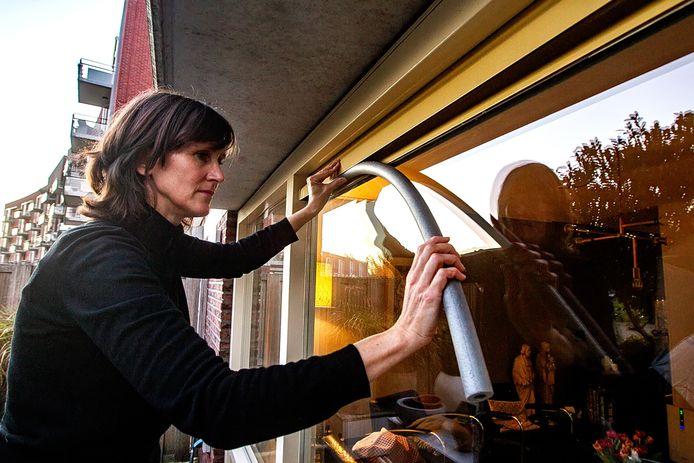 Hoe voorkom je dat de kachelrook van de buren bij  jou in huis doordringt?De Zutphense Pauline Nijenhuis, voorzitter van de Stichting Houtrookvrij, laat het zien.