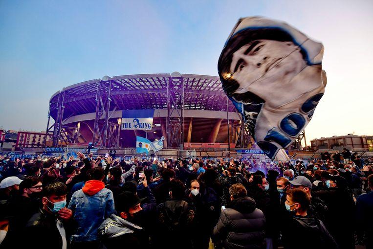 Fans van Napoli eren de vorige week overleden stervoetballer Diego Maradona bij het San Paolo stadion in het Italiaanse Napels.  Beeld EPA