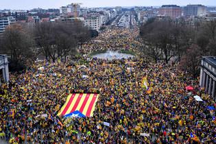 fotoreeks over Duizenden Catalanen betogen in Brussel