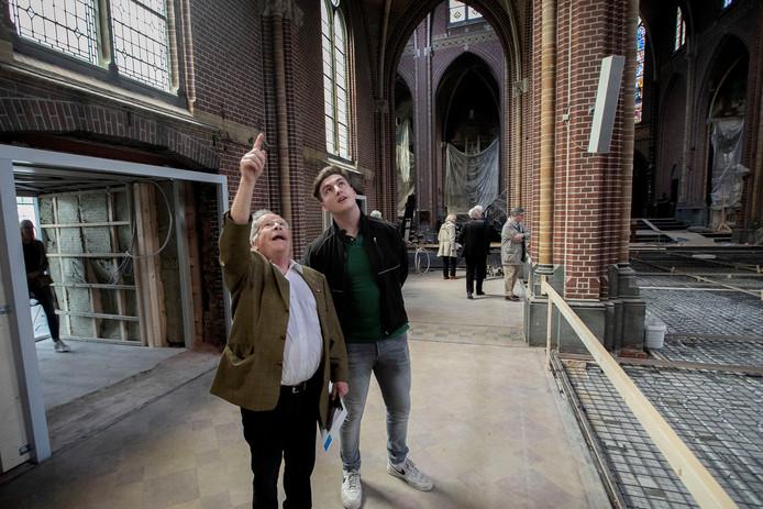Jan van Gorp (l) in gesprek met assistent-uitvoerder Harm van den Bergh tijdens de open dag van Domusdela.