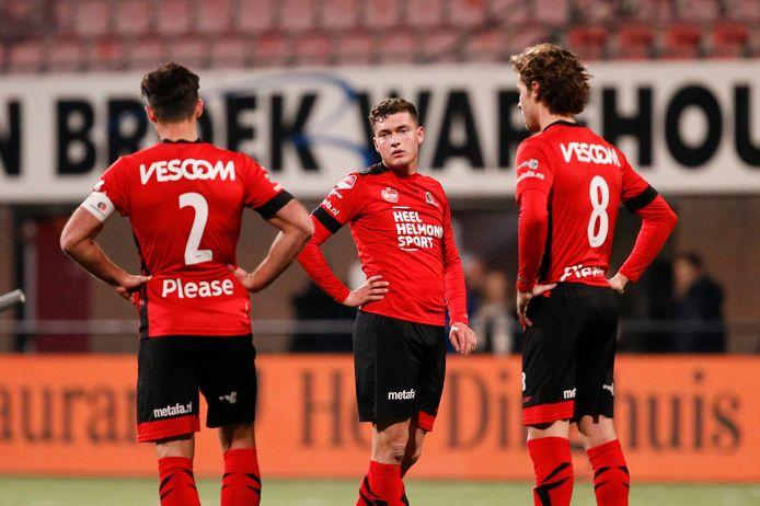 De spelers van Helmond Sport verwerken de teleurstelling van weer een nederlaag.