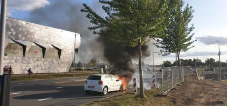 Auto gaat in vlammen op naast sporthal in Nijmegen