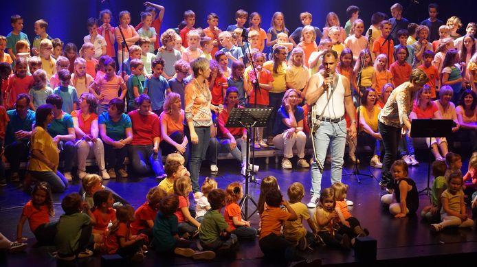 Samen zingen op schoolfeest basisscholen met de directeur als Freddy Mercury