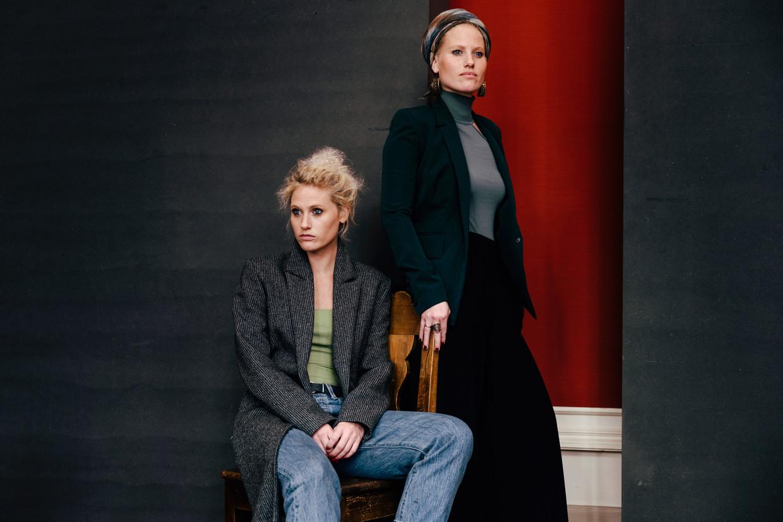 Stefanie en Magalie Callebaut: 'Op muzikaal vlak ben ik de ruwe diamant en is Stefanie de gepolijste versie.' Beeld Damon De Backer