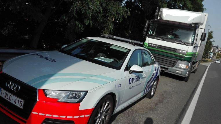 De politie van Mechelen-Willebroek hield de vrachtwagen tegen nadat bleek dat de trucker met een gsm in zijn handen had.