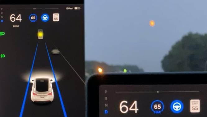 Zelfrijdende Tesla remt plots omdat auto denkt dat maan verkeerslicht is