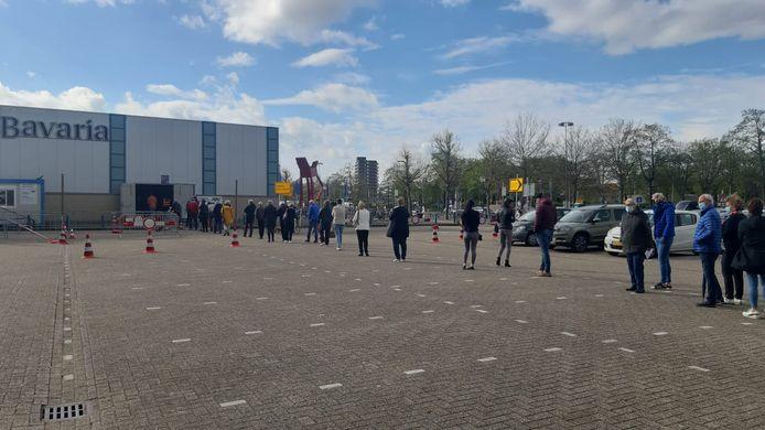 Mensen staan wat langer in de rij om zich te laten vaccineren na de stroomstoring in de IJsselhallen maandagmorgen.