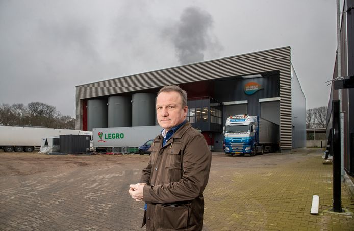 Rini Ruitenschild woont vlak bij de biomassacentrale aan de Knuttelweg en heeft hier veel last van.